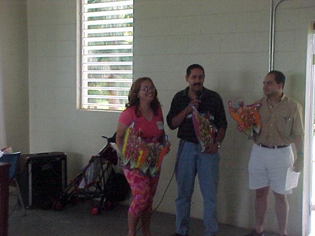 Nilda, Patricio y Jose.  Entrega de ragalos a los organizadores de la reunion.Foto cortesia de Paxie.